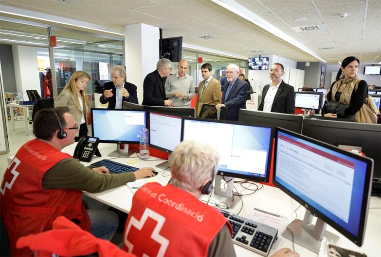 Marc Castells conoce los proyectos humanitarios de Cruz Roja en Cataluña, durante una visita a la sede central de la entidad